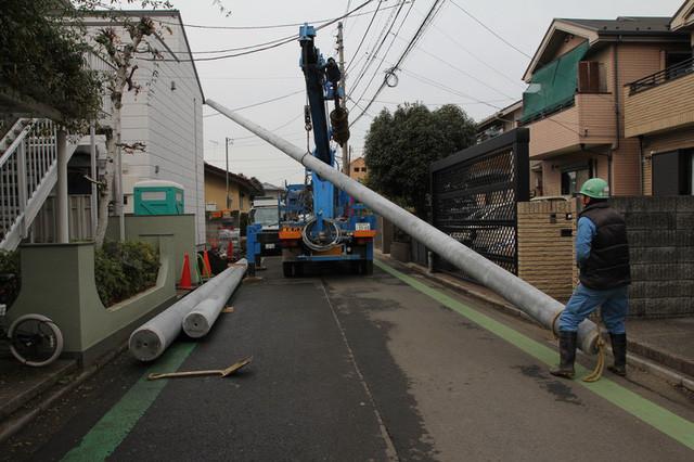 Các thợ điện trong quá trình lắp đặt hệ thống cột điện tại gia cho ông Yoshihara