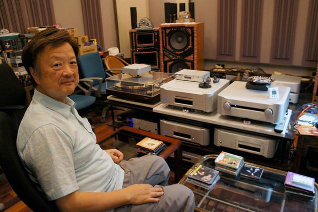 Ông Yoshihara, cùng với dàn âm thanh siêu khủng tại nhà