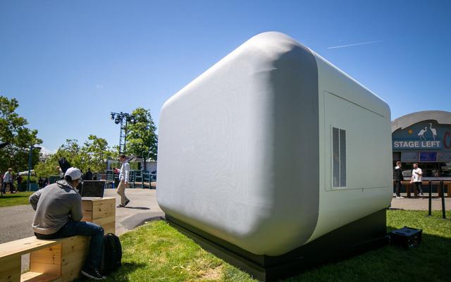 Đây là chiếc loa thông minh Google Home Max khổng lồ mà bạn có thể bước vào bên trong