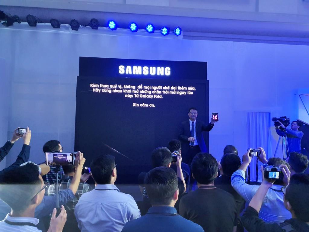 Siêu phẩm Samsung Galaxy Fold smartphone màn hình gập ra mắt người dùng Việt giá 50 triệu ảnh 1