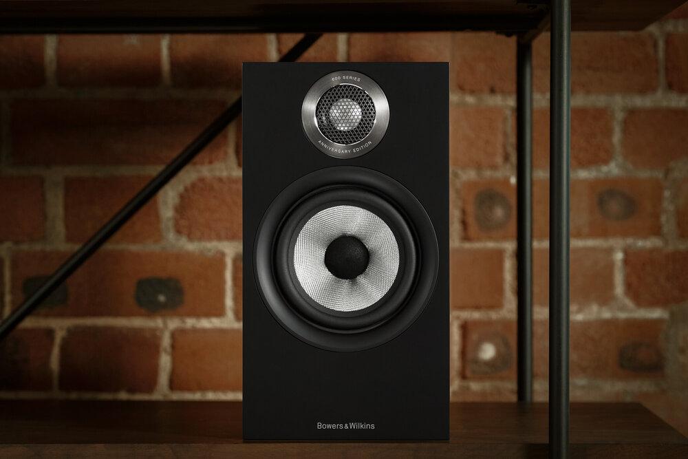 606 S2: · Tweeter: 1 x Decoupled Double Dome 25mm · Mid – Bass: 1 x Continuum Cone 165mm (Củ loa Continuum kế thừa từ dòng loa đầu bảng của Bowers & Wilkins) · Đáp tuyến tần số: 52Hz – 28kHz, ± 3dB · Độ nhạy: 88 dB · Công suất đề nghị: 30W - 120W (8 ohm) Mời Cả Nhà xem thêm thông tin chi tiết sản phẩm tại đây
